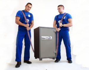 2 грузчика держат сейф