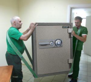 грузчики выносят сейф